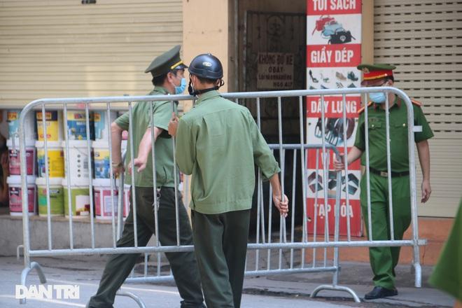 Dựng rào phong tỏa, xét nghiệm hàng chục người ở phố Hàm Tử Quan - ảnh 2