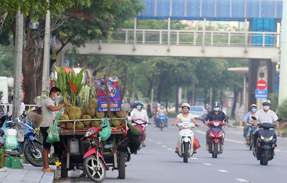 Hàng rong vô tư bán, đường phố vẫn đông đúc sáng ngày đầu Hà Nội thực hiện Chỉ thị 16 - ảnh 3
