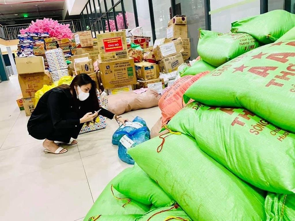 Cùng trường đại học, ca sĩ Thủy Tiên tiếp tục làm từ thiện giữa tâm dịch Covid-19 - ảnh 2