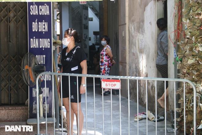 Dựng rào phong tỏa, xét nghiệm hàng chục người ở phố Hàm Tử Quan - ảnh 8