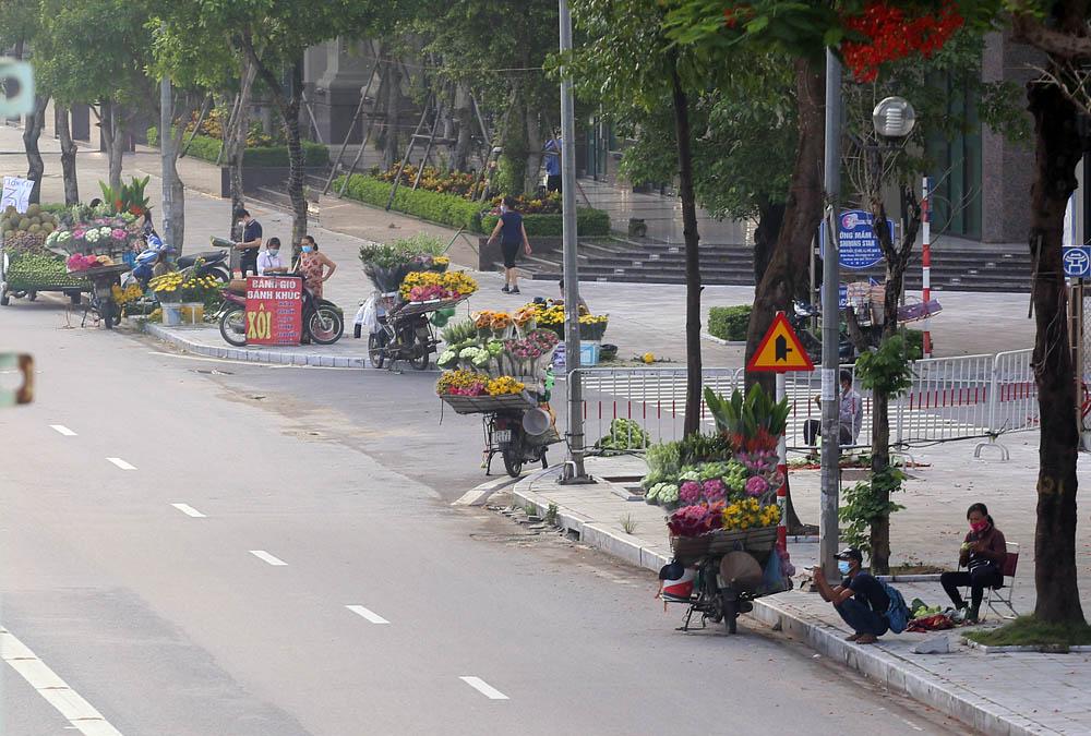 Hàng rong vô tư bán, đường phố vẫn đông đúc sáng ngày đầu Hà Nội thực hiện Chỉ thị 16 - ảnh 2