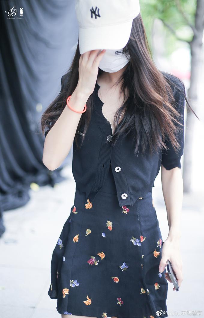 Thời trang đi làm tôn chân cực phẩm, eo bằng nắm tay của Angelababy - ảnh 6