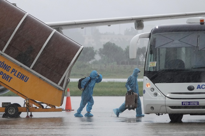 Chuyến bay đầu tiên đón công dân từ TPHCM về đến Gia Lai - ảnh 2