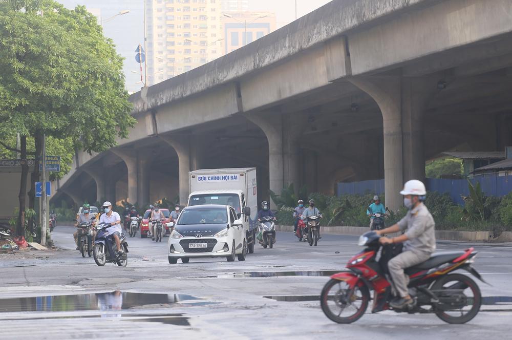 Hàng rong vô tư bán, đường phố vẫn đông đúc sáng ngày đầu Hà Nội thực hiện Chỉ thị 16 - ảnh 6