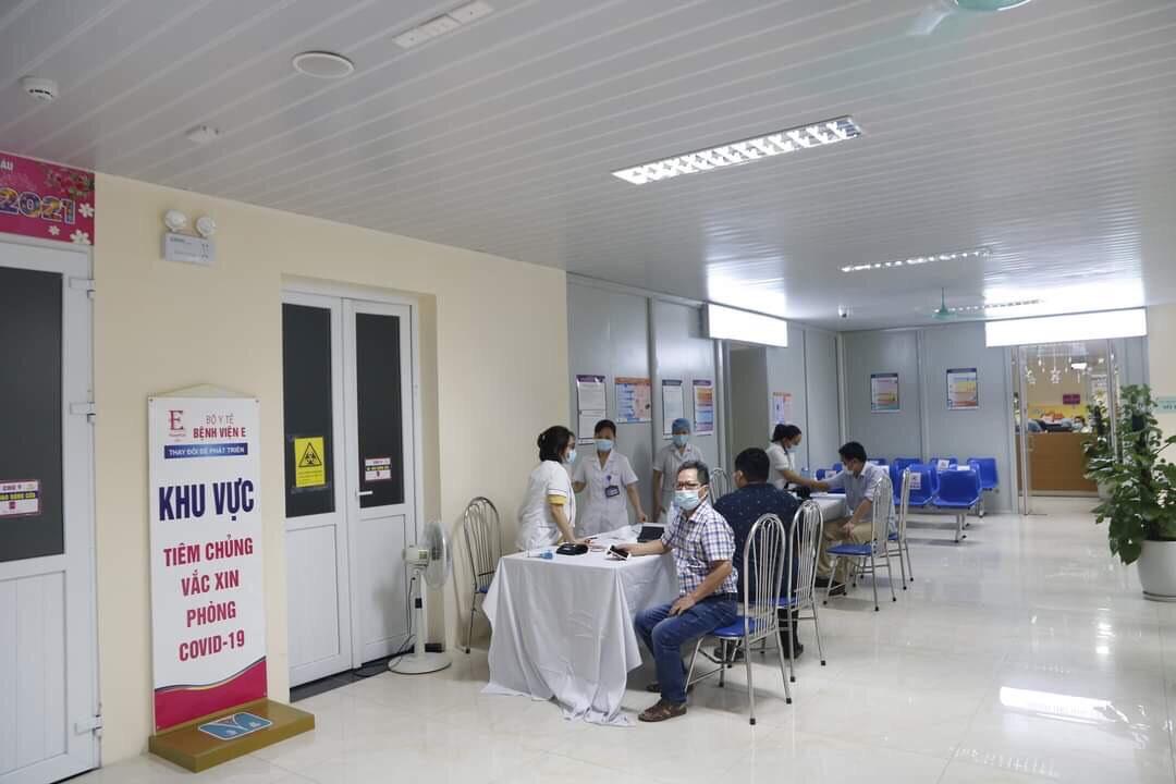 Người dân đến điểm tiêm chủng vắc xin COVID-19 theo giờ hẹn để đảm bảo giãn cách - ảnh 2