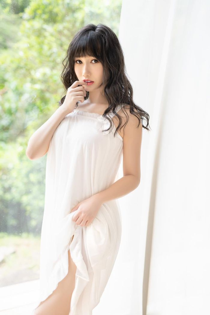 Hot girl khoe ảnh diện trang phục nữ sinh ngắn cũn cỡn gây phản cảm - ảnh 2