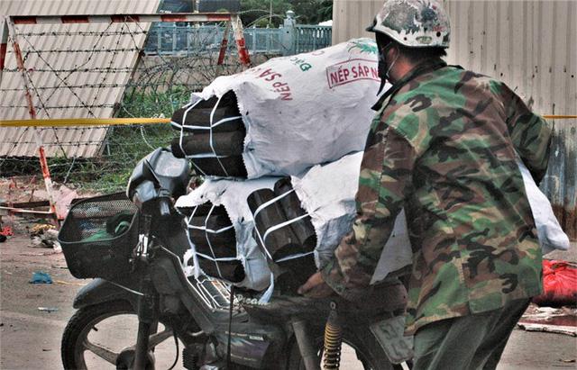 Cận cảnh chợ đầu mối lớn nhất Việt Nam trong những ngày phong tỏa chống COVID-19 - ảnh 7