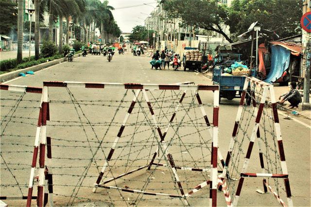 Cận cảnh chợ đầu mối lớn nhất Việt Nam trong những ngày phong tỏa chống COVID-19 - ảnh 2