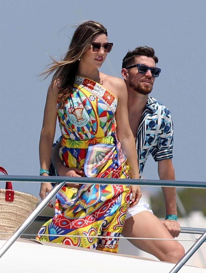 Bạn gái Jorginho khoe thân hình bốc lửa trên du thuyền - ảnh 11