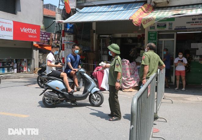 Dựng rào phong tỏa, xét nghiệm hàng chục người ở phố Hàm Tử Quan - ảnh 9