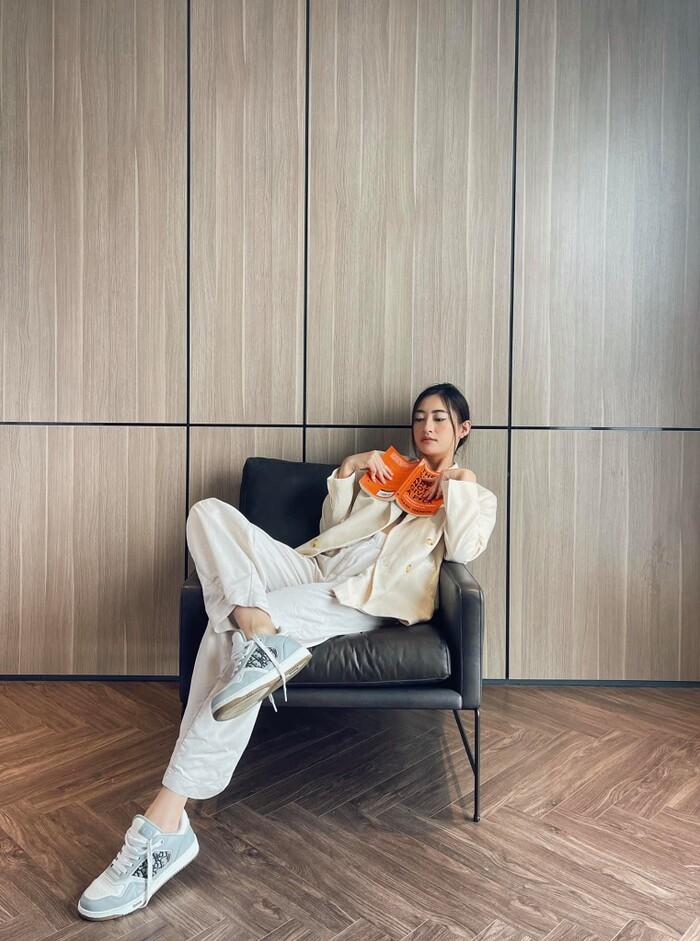 Hoa hậu Lương Thùy Linh mặc trang phục đàn ông nam tính, cuối tuần ở nhà đọc sách - ảnh 2