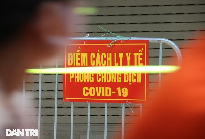 Dựng rào phong tỏa, xét nghiệm hàng chục người ở phố Hàm Tử Quan - ảnh 3