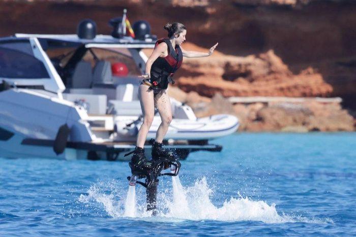 Bạn gái Jorginho khoe thân hình bốc lửa trên du thuyền - ảnh 10