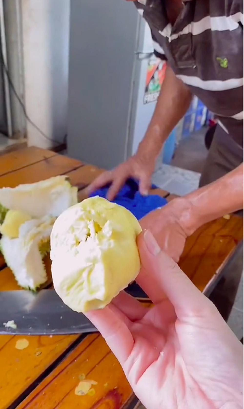 Trồng cây sầu riêng 5 năm mới cho ra quả, cô gái hí hửng mang vào nhà xẻ ra ăn và cái kết đầy kinh ngạc - ảnh 6