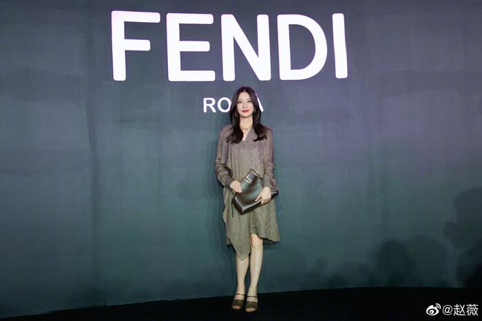 Triệu Vy ăn diện đơn giản visual kém xa đàn em Mỹ nhân Tân Cương tại show Fendi - ảnh 3