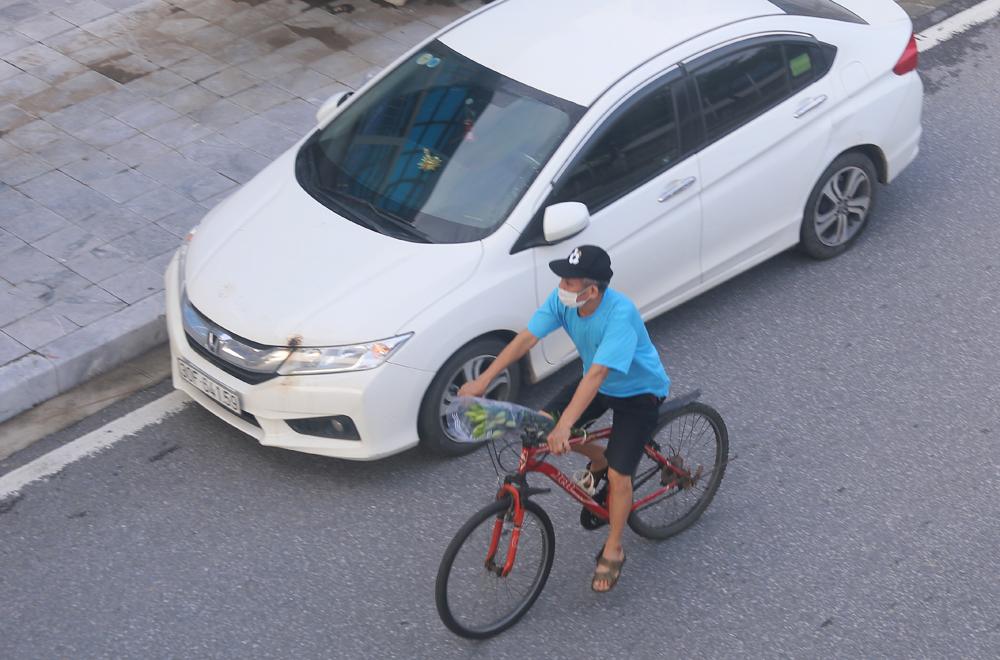 Hàng rong vô tư bán, đường phố vẫn đông đúc sáng ngày đầu Hà Nội thực hiện Chỉ thị 16 - ảnh 5
