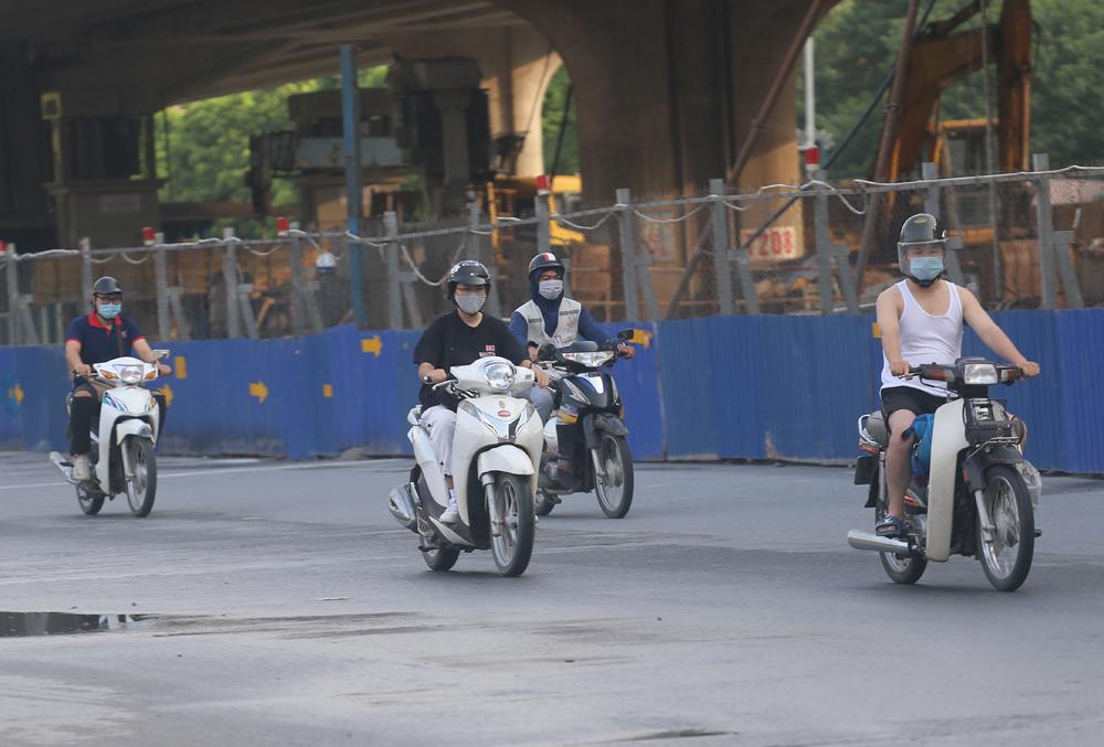 Hàng rong vô tư bán, đường phố vẫn đông đúc sáng ngày đầu Hà Nội thực hiện Chỉ thị 16 - ảnh 7