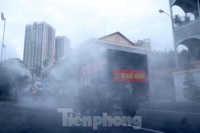 Hà Nội: Cách ly y tế tòa chung cư ở Khu đô thị Ngoại giao đoàn; Khởi tố vụ án hình sự con làm lây lan dịch bệnh truyền nhiễm nguy hiểm cho mẹ - ảnh 22