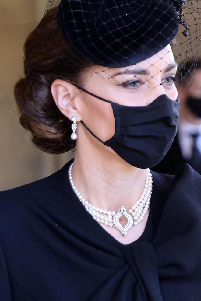 Công nương Kate luôn đeo 1 chiếc dây chuyền siêu giản dị, ý nghĩa đằng sau khiến ai nấy xúc động - ảnh 4