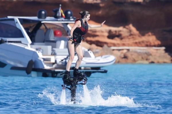 [ẢNH] Bạn gái Jorginho khoe thân hình bốc lửa trên du thuyền - ảnh 10