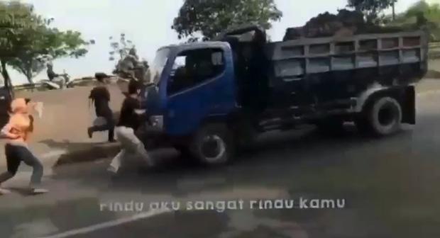 Thực hiện thử thách chặn đầu xe tải bằng tay không trên TikTok, 1 thiếu niên bị tông thiệt mạng - ảnh 2