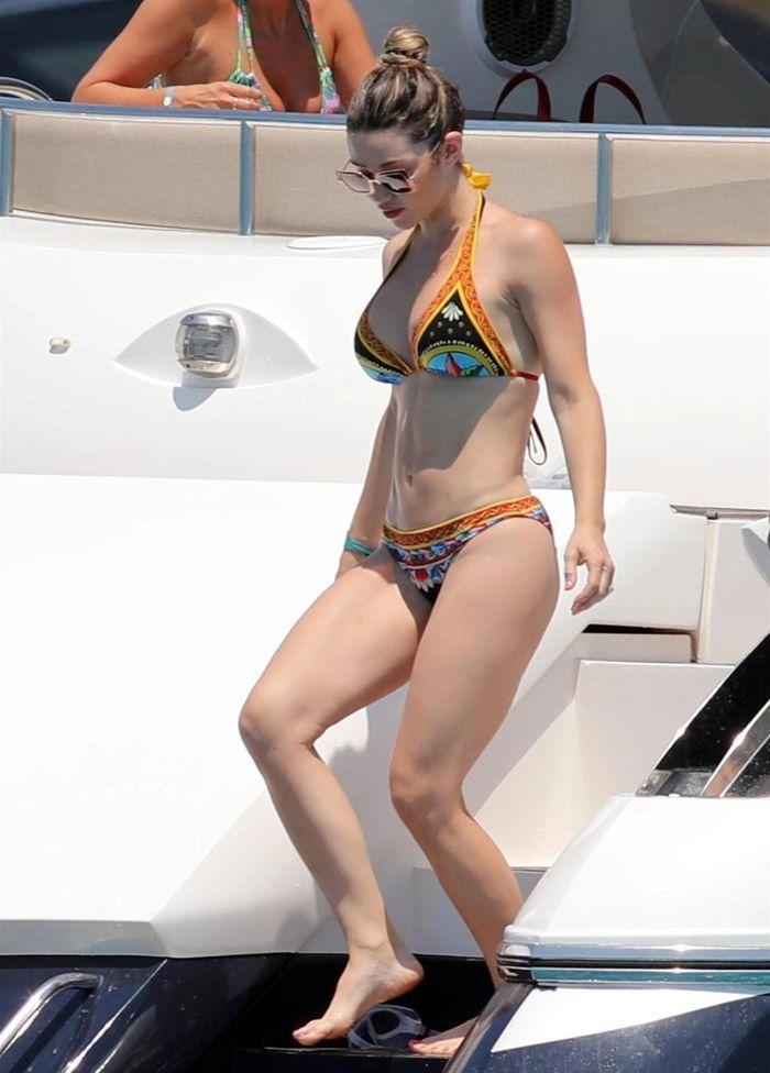 Bạn gái Jorginho khoe thân hình bốc lửa trên du thuyền - ảnh 8