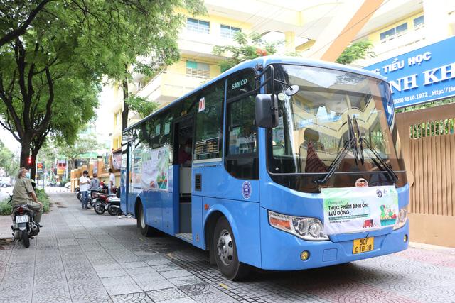 Người dân Sài Gòn mua rau củ trên... xe buýt - ảnh 2