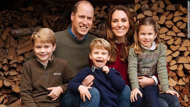 Công nương Kate luôn đeo 1 chiếc dây chuyền siêu giản dị, ý nghĩa đằng sau khiến ai nấy xúc động - ảnh 9