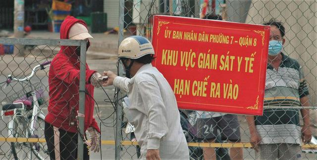 Cận cảnh chợ đầu mối lớn nhất Việt Nam trong những ngày phong tỏa chống COVID-19 - ảnh 8