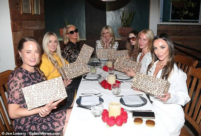 Ở tuổi 40, Paris Hilton nhìn trẻ hơn sau khi cắt tóc - ảnh 7