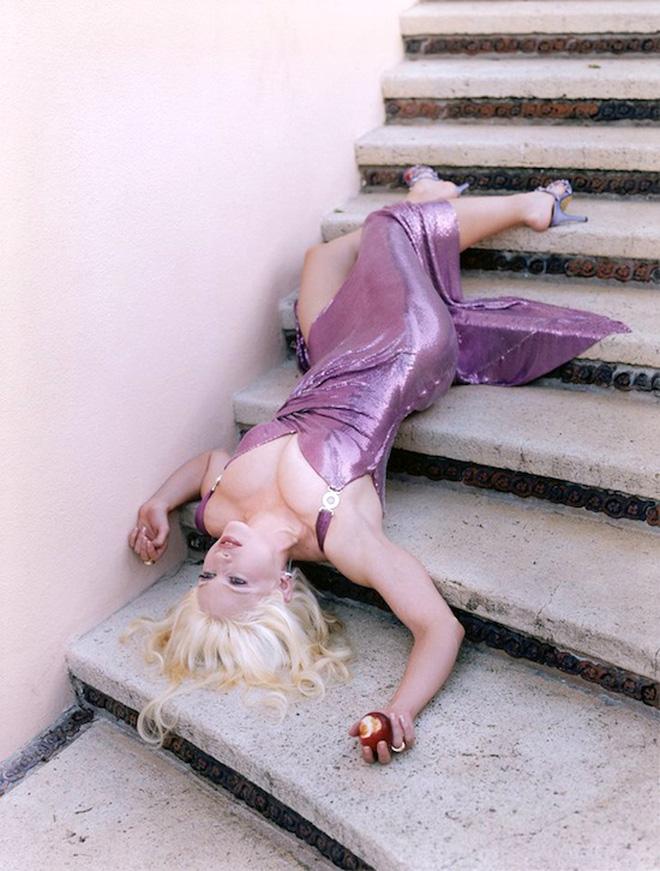 Hot lại ảnh Madonna làm mẫu cho Versace năm 1995: Thần thái