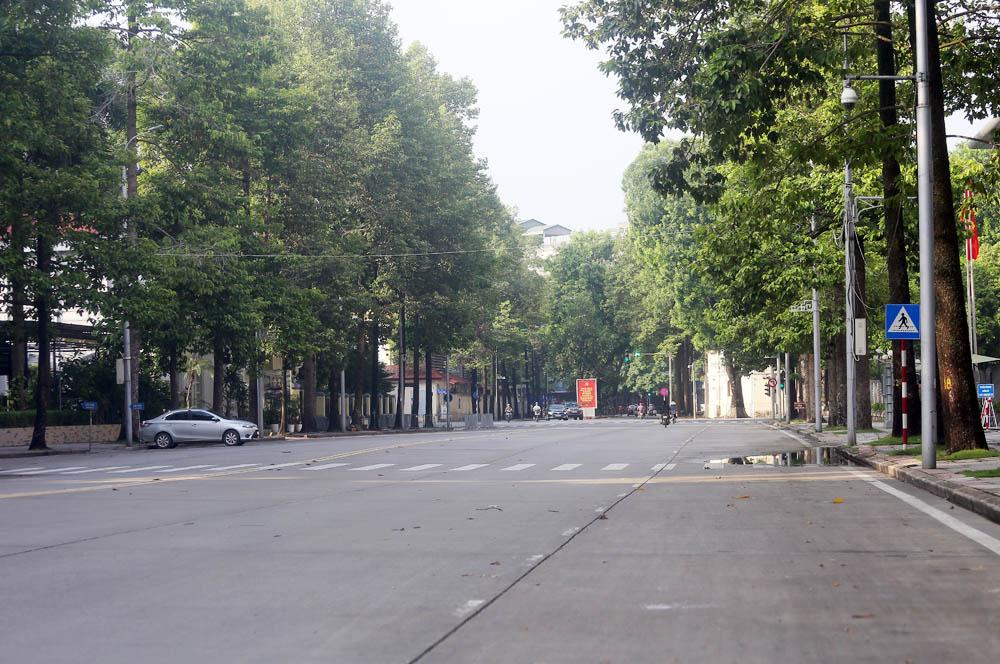 Hàng rong vô tư bán, đường phố vẫn đông đúc sáng ngày đầu Hà Nội thực hiện Chỉ thị 16 - ảnh 14