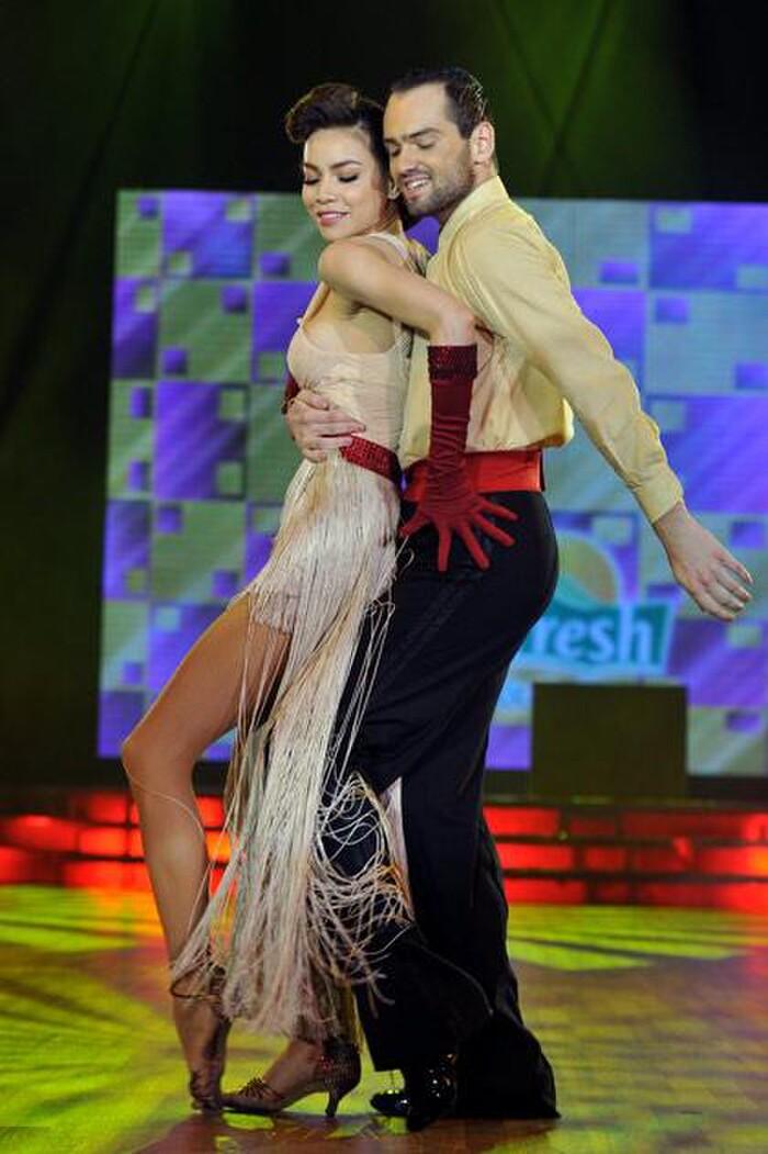 Kim Lý ''hết hồn'' trước khả năng khiêu vũ của bà xã Hồ Ngọc Hà và bạn diễn ngoại quốc - ảnh 4
