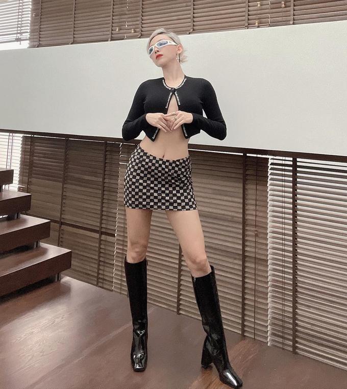 Thời trang đi làm tôn chân cực phẩm, eo bằng nắm tay của Angelababy - ảnh 14