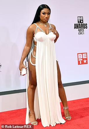 """Nữ Rapper bị chỉ trích vì khoe vòng 3 phản cảm, váy xuyên thấu """"mặc như không"""" - ảnh 16"""