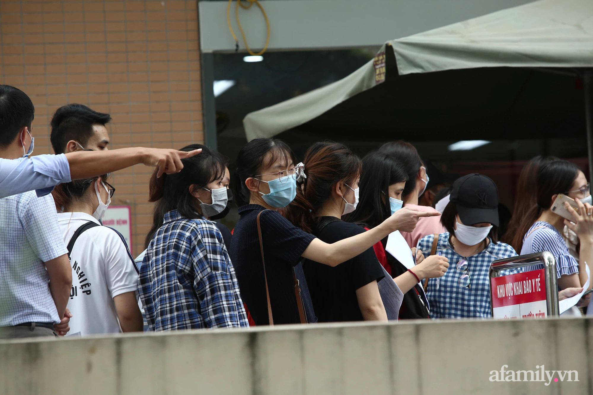 Bí thư Hà Nội chỉ đạo nóng: Dừng ngay điểm tiêm vaccine tại Bệnh viện E do tập trung đông người - ảnh 3