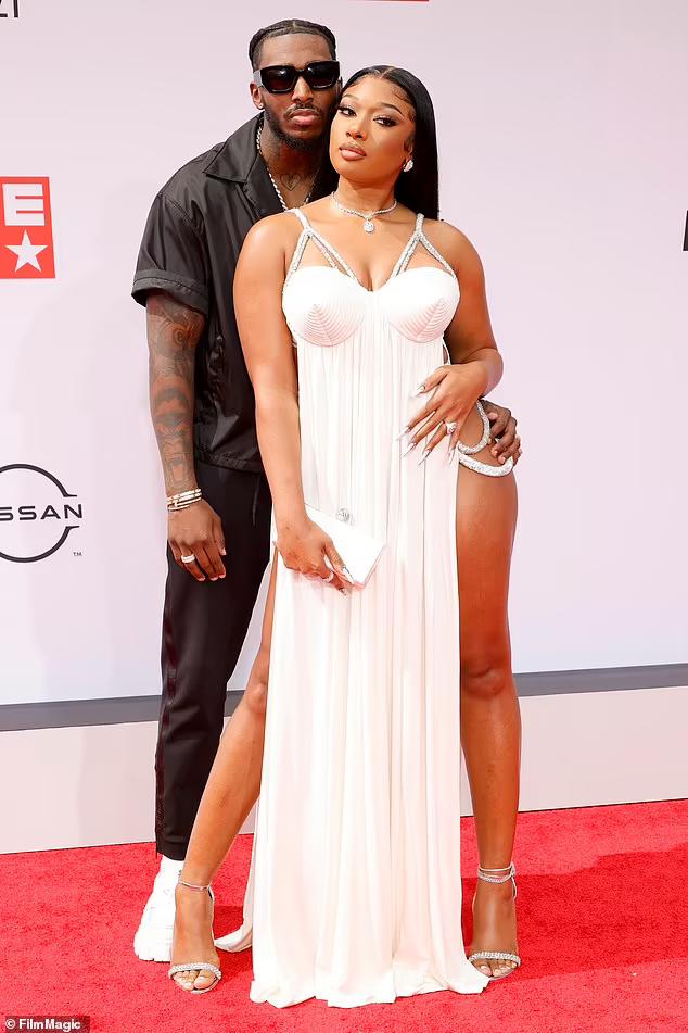 """Nữ Rapper bị chỉ trích vì khoe vòng 3 phản cảm, váy xuyên thấu """"mặc như không"""" - ảnh 12"""