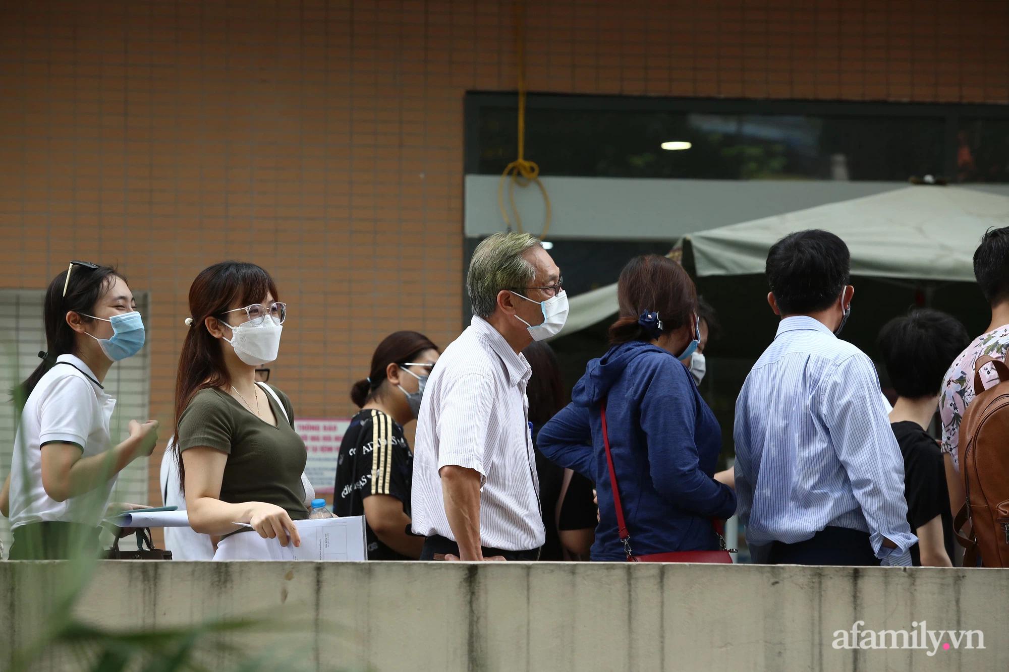 Bí thư Hà Nội chỉ đạo nóng: Dừng ngay điểm tiêm vaccine tại Bệnh viện E do tập trung đông người - ảnh 2
