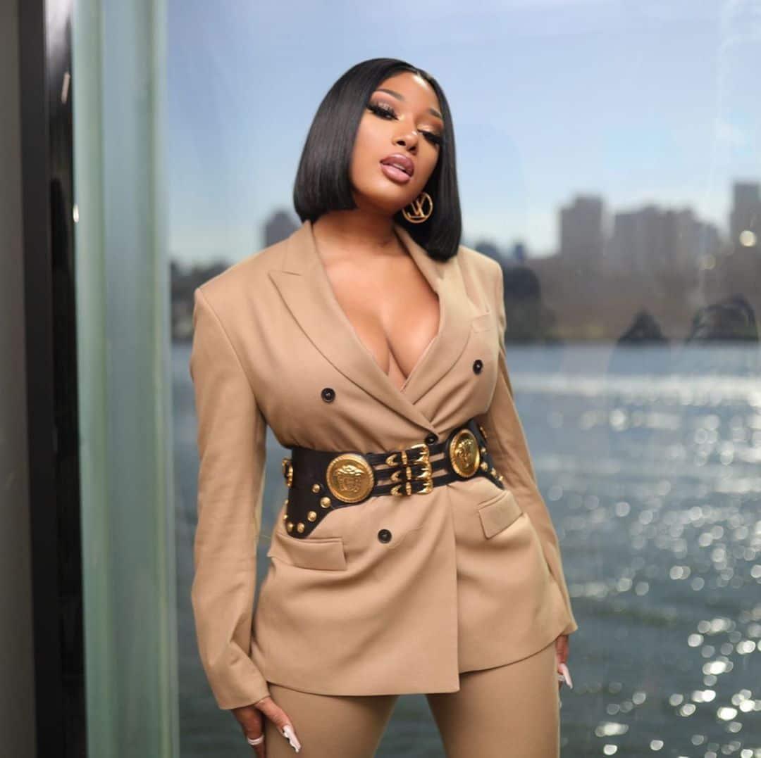 """Nữ Rapper bị chỉ trích vì khoe vòng 3 phản cảm, váy xuyên thấu """"mặc như không"""" - ảnh 21"""