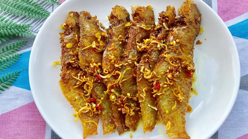 Món cá đù chiên sả ớt giòn rụm ngon thấm vị - ảnh 1
