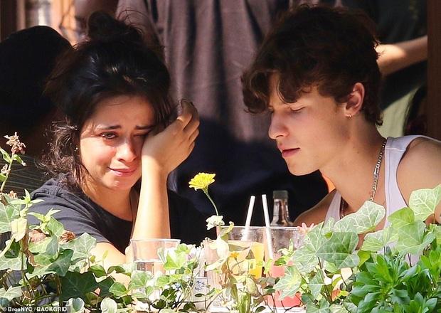 Camila bật khóc giữa quán ăn, Shawn đặt ngay nụ hôn ngọt lịm dỗ dành, nhưng netizen chỉ dán mắt vào góc nghiêng cực phẩm của chàng - ảnh 1