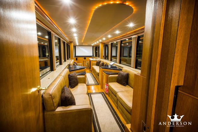 Mobihome 'siêu to siêu khổng lồ' 2,5 triệu USD của Will Smith: Biệt thự hai tầng, phòng tắm tiện nghi như spa, phòng chiếu phim như rạp hát - ảnh 4