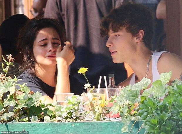 Camila bật khóc giữa quán ăn, Shawn đặt ngay nụ hôn ngọt lịm dỗ dành, nhưng netizen chỉ dán mắt vào góc nghiêng cực phẩm của chàng - ảnh 3