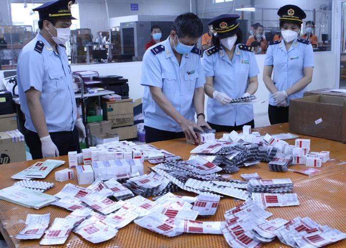 Hơn 60.000 viên thuốc điều trị Covid-19 ''nguỵ trang'' là quà biếu về Việt Nam - ảnh 1