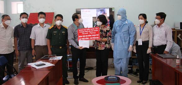Đoàn đại biểu Quốc hội TP.HCM thăm, tặng quà cho y bác sĩ và các bệnh nhi đang điều trị COVID-19 - ảnh 1
