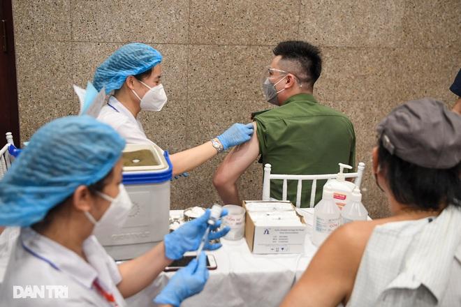 Hà Nội: Tiêm được hơn 5 triệu mũi vắc xin; sáng 15/9 có 3 F0 đã cách ly - ảnh 1