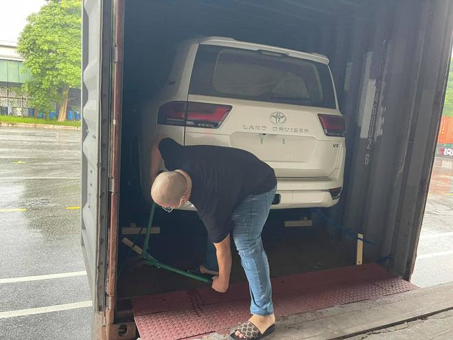 Chật vật lùi Toyota Land Cruiser ra khỏi container, tài xế vào xe bằng cách nào khi không mở được cửa? - ảnh 2