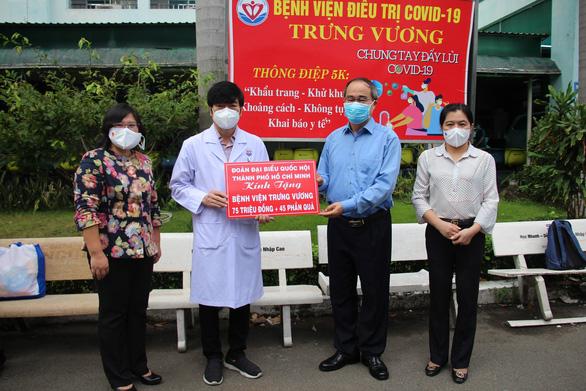 Đoàn đại biểu Quốc hội TP.HCM thăm, tặng quà cho y bác sĩ và các bệnh nhi đang điều trị COVID-19 - ảnh 2