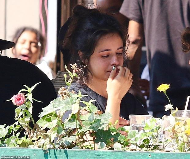 Camila bật khóc giữa quán ăn, Shawn đặt ngay nụ hôn ngọt lịm dỗ dành, nhưng netizen chỉ dán mắt vào góc nghiêng cực phẩm của chàng - ảnh 2