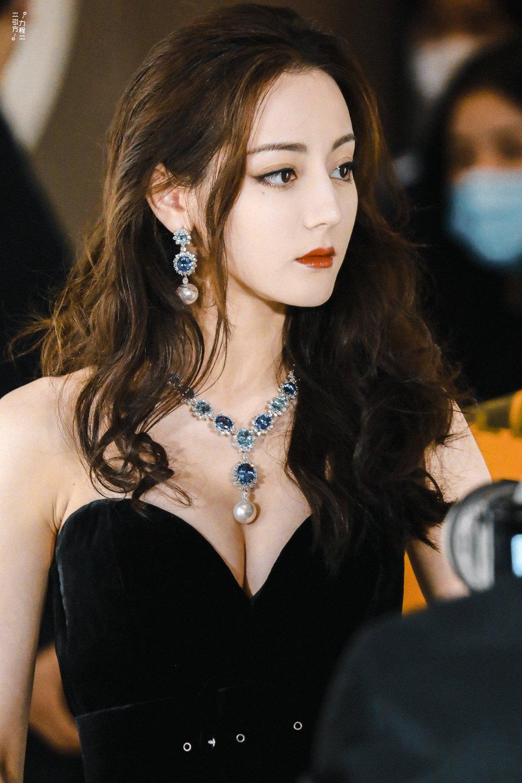 Địch Lệ Nhiệt Ba diện váy dạ hội đẹp như nữ thần - ảnh 3